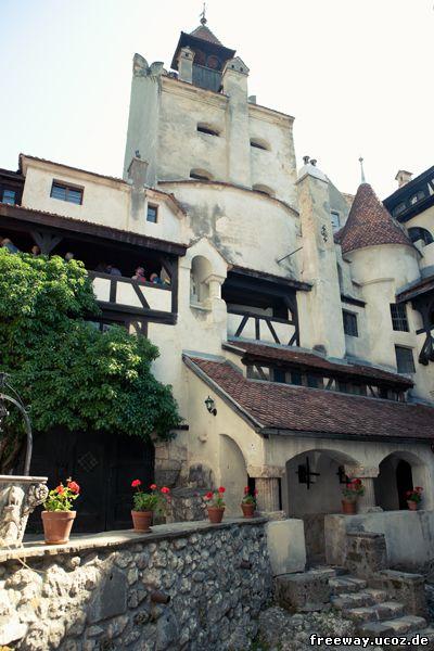 Внутренний дворик замка Bran. Вид на Обзорную башню