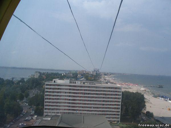 Вид из кабинки подвесной канатной дороги. Северная часть курорта. Полоска воды справа – это Черное море, а слева – озеро Siutghiol. Город Constanta находится за спиной у фотографа, а впереди уходит вдаль полоска суши курорта Mamaia.