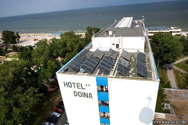 Вид из кабинки подвесной канатной дороги. Солнечные батареи на крыше отеля Doina с высоты подвесной канатной дороги