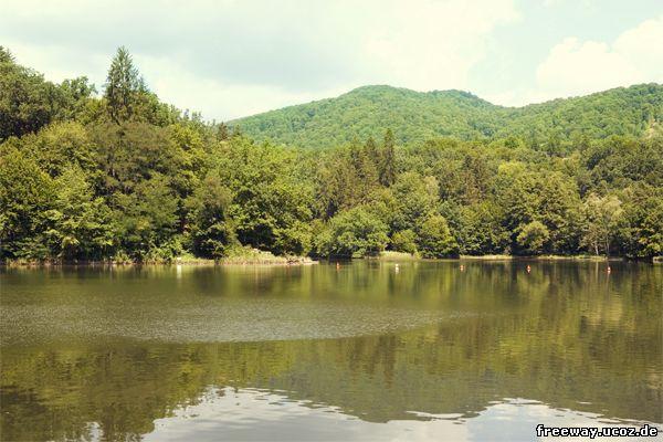 Спокойные воды озера Ursu во время перерыва в купании с 13.00 до 15.00