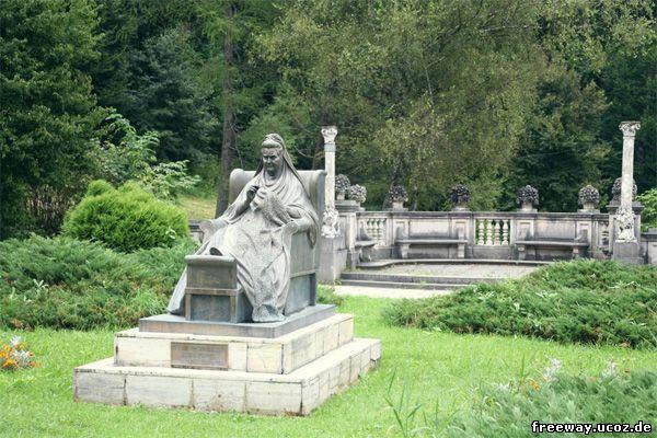 Королева Елизавета. Статуя в парке около замка Peles