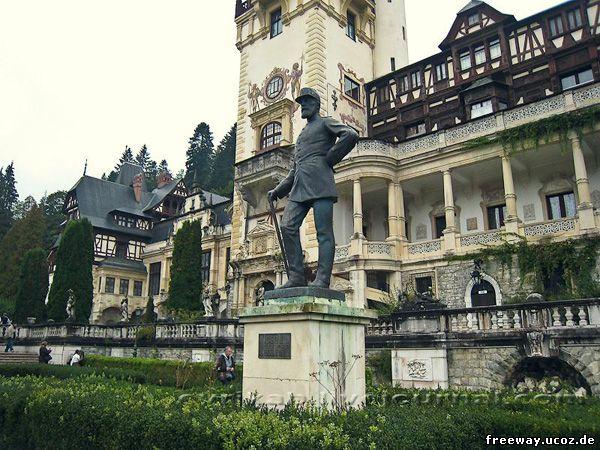 Король Кароль I. Статуя при входе в замок Peles