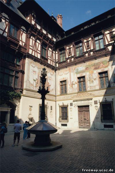 Внутренний дворик замка Peles. Цветные фрески на стенах